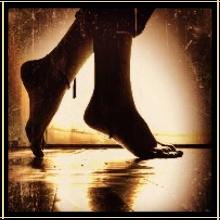 mujer-descalza-furtiva